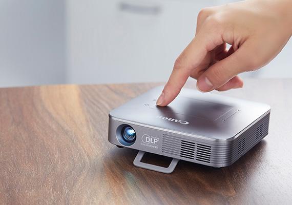 Canon ra mắt máy chiếu mini không dây MP250 với chip xử lý quad-core 1.5GHZ, SDRAM 2GB, chiếu hình ảnh 93 inch dành cho rạp chiếu phim ngay tại nhà.